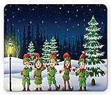 Elfen-Mauspad, Kinder, die lustige Kostüme im Schnee mit Wald auf dem...